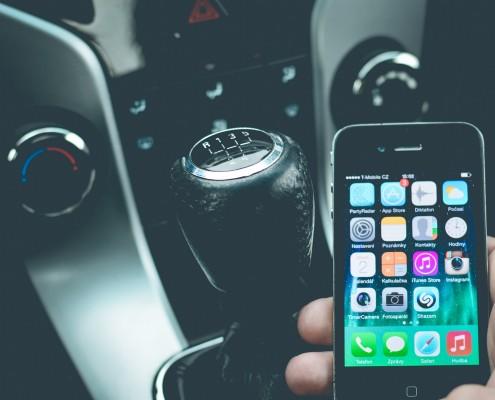 Smartphonegebruik in de auto aanleren is een stuk gemakkelijker dan afleren